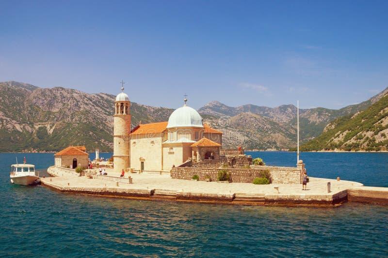 Ansicht der Kirche unserer Dame der Felsen an einem sonnigen Sommertag Schacht von Kotor, Montenegro Freier Platz für Text stockfotografie