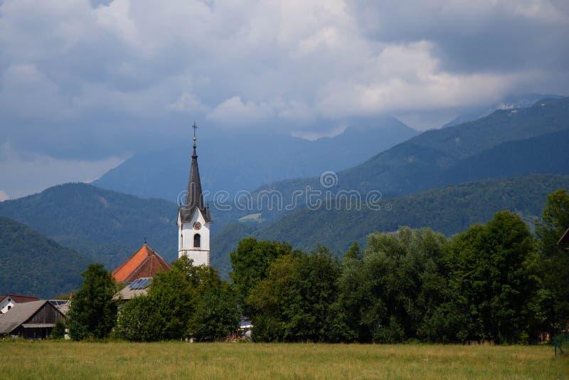 Ansicht der kleinen ländlichen Kirche in Slowenien lizenzfreie stockfotos