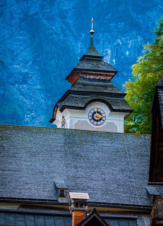 Ansicht der kleinen Turmuhr der Kirche in Hallstatt, Österreich lizenzfreie stockbilder