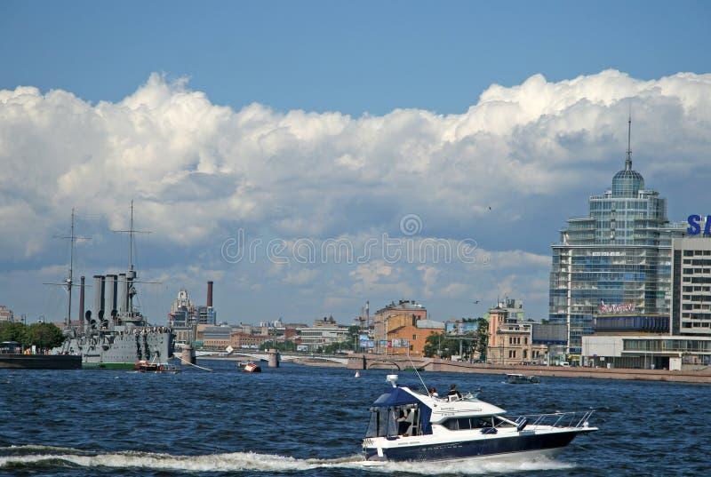 Ansicht der Kreuzer-Aurora auf ewigem Parken und des Motorboots auf dem Fluss Neva in der Sommerzeit, St. Petersburg, Russland stockfotos