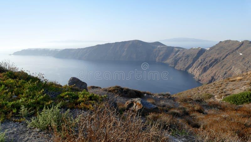 Ansicht der kurvenden Bucht in Richtung zu Oia in Santorini, Griechenland stockfotografie