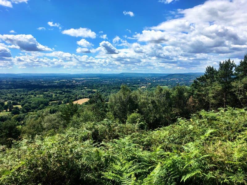Ansicht der Landschaft vom Neigungs-Hügel, Surrey, Großbritannien lizenzfreie stockfotografie