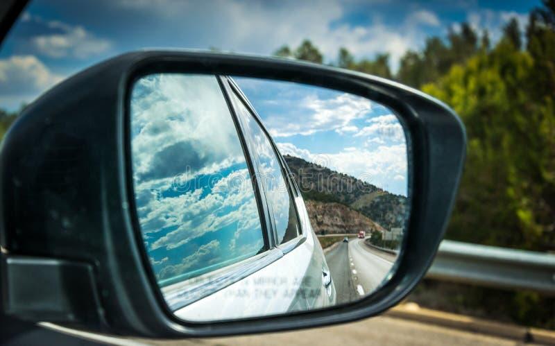 Ansicht der Landstraße im Seitenspiegel des Autos Sommer-Auto-Ausflug in den USA lizenzfreie stockfotografie