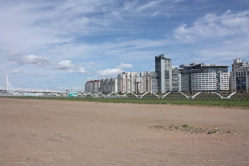 Ansicht der Landstraße und der Gebäude lizenzfreie stockbilder