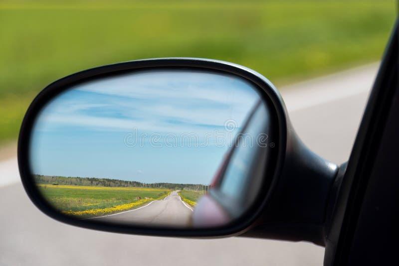 Ansicht der Landstra?e im Seitenspiegel des Autos Abstand reiste lizenzfreie stockfotografie