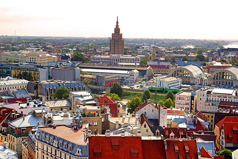 Ansicht der lettischen Akademie der errichtenden Wissenschaften, des Bahnhofs und der alten Stadt, Riga lizenzfreie stockfotos