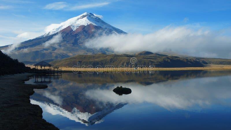 Ansicht der Limpiopungo-Lagune mit dem Cotopaxi-Vulkan reflektierte sich im Wasser auf einem bewölkten Morgen stockbilder