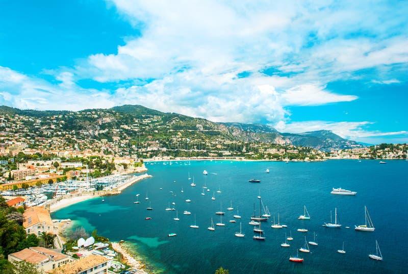 Ansicht der Luxuxrücksortierung und des Schachtes von Taubenschlag d'Azur Französisches Riviera stockfotografie