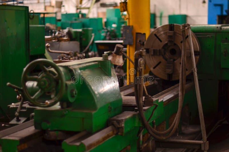 Ansicht der Maschine für die Verarbeitung von Schwermetallprodukten in den Autoteilen am Produktionsstandort einer Autofabrik lizenzfreie stockfotos