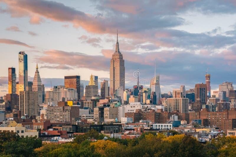 Ansicht der Midtown Manhattan Skyline bei Sonnenuntergang, in New York City lizenzfreies stockbild