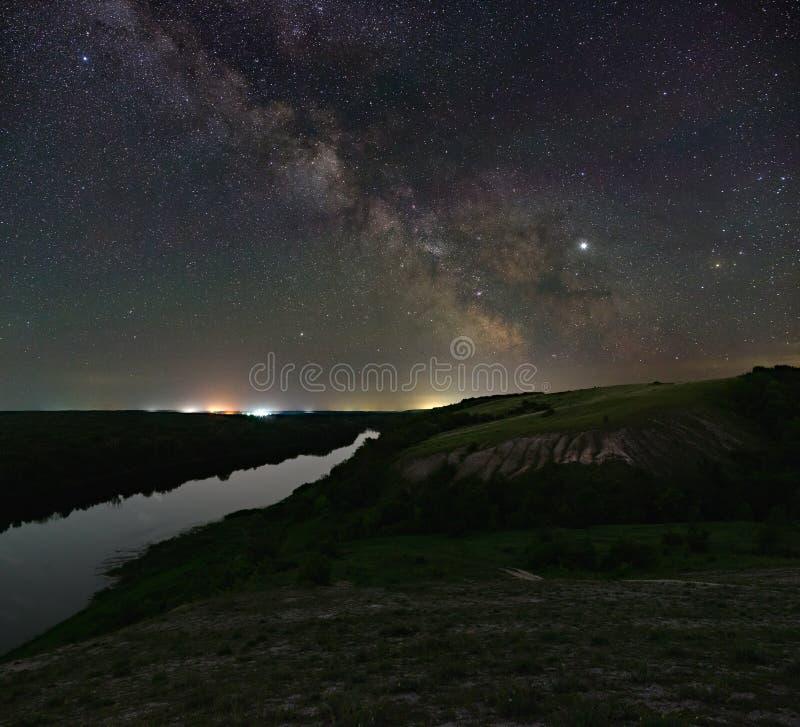 Ansicht der Milchstraße über dem Fluss Helle Sterne des n?chtlichen Himmels Astrophotography mit einer langen Belichtung lizenzfreie stockbilder