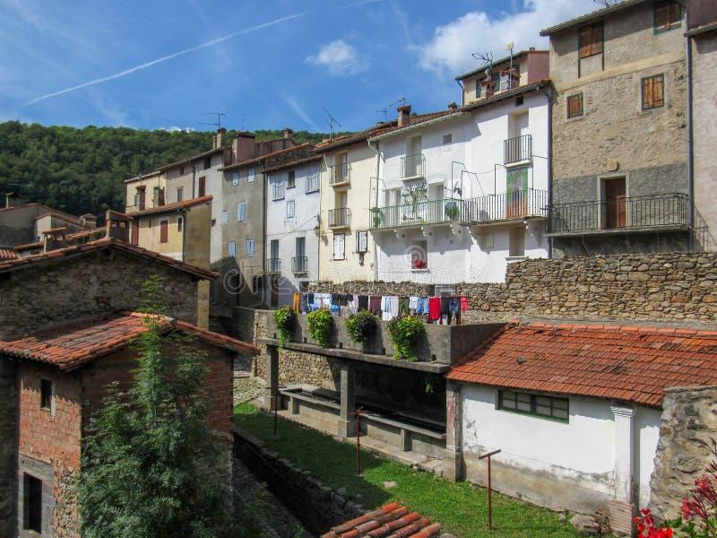 Ansicht der mittelalterlichen Stadt mit wieder hergestelltem lavoir, Kommunalkleidungsreinigungsplatz, am Prats-De-Mollo-La-Prest stockfotos