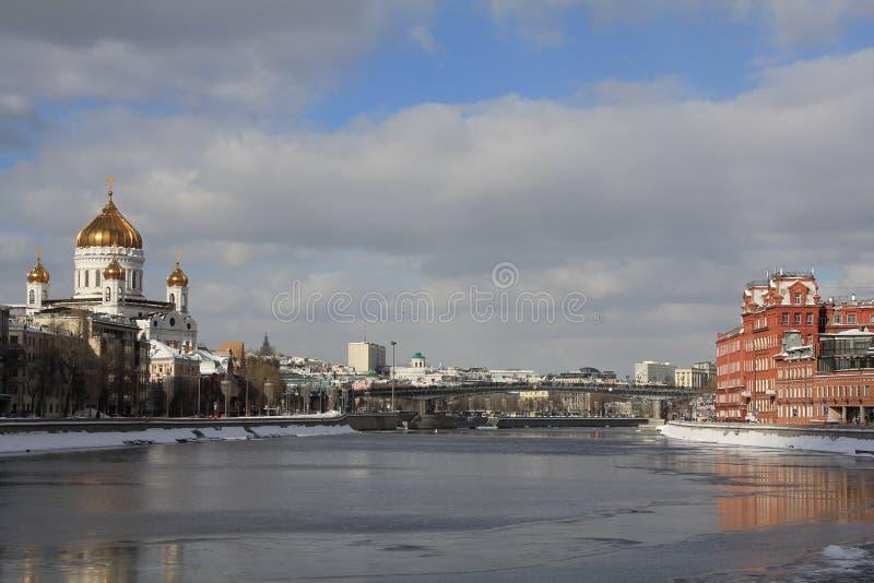 Ansicht der Moskau-Fluss- und Moskau-Flussdämme im März stockfoto