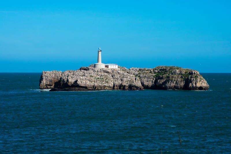 Ansicht der Mouro-Insel und des Leuchtturmes Isla y Faro de Mouro lizenzfreies stockbild