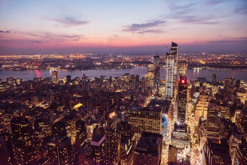 Ansicht der Nachtstadt und der glühenden Wolkenkratzer von einer Höhe bei Sonnenuntergang New York USA lizenzfreies stockfoto