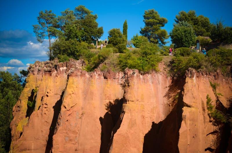 Ansicht der ockerhaltigen Hügel in Roussillon-Dorf in Frankreich lizenzfreie stockfotos