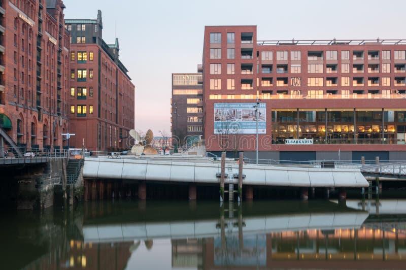 Ansicht an der Passage der Anlegestelle und der Elb-Säulengänge in Hafencity, lange Ausstellung stockfoto