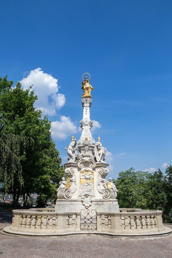 Ansicht der Pestsäule und des Schlosses in Nitra, Slowakei Es war lizenzfreie stockfotos