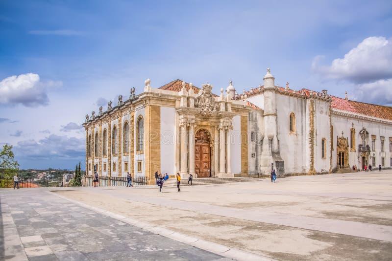 Ansicht der Piazzas der Universität von Coimbra, mit Touristen und Gebäude Joanina Librarys, in Coimbra, Portugal stockfoto