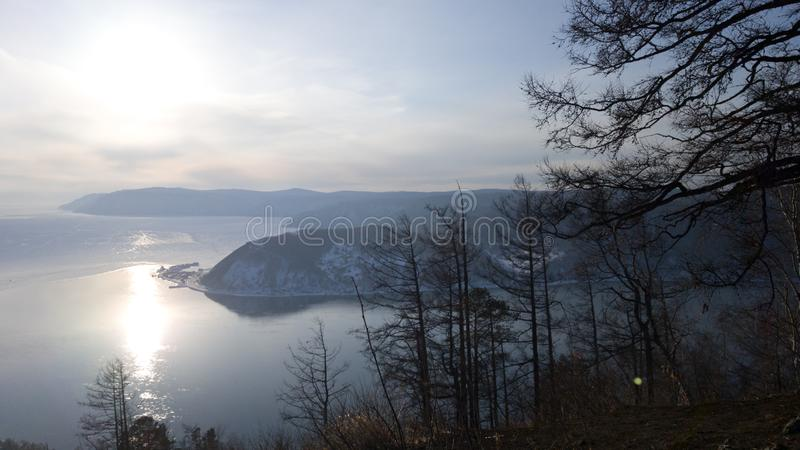 Ansicht der Quelle des Angara-Flusses vom Baikalsee in der Irkutsk-Region Das Dorf von Listvyanka in Sibirien, Russland stockbilder