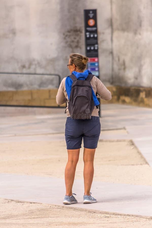Ansicht der Rückseite des Frauentouristen wartend in den historischen Bereich †‹â€ ‹Coimbra, Portugal stockfotografie