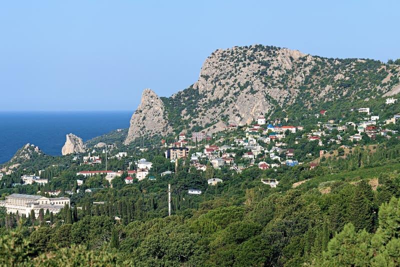 Ansicht der Regelung des Bergs Koshka und Simeiz in Krim stockfoto