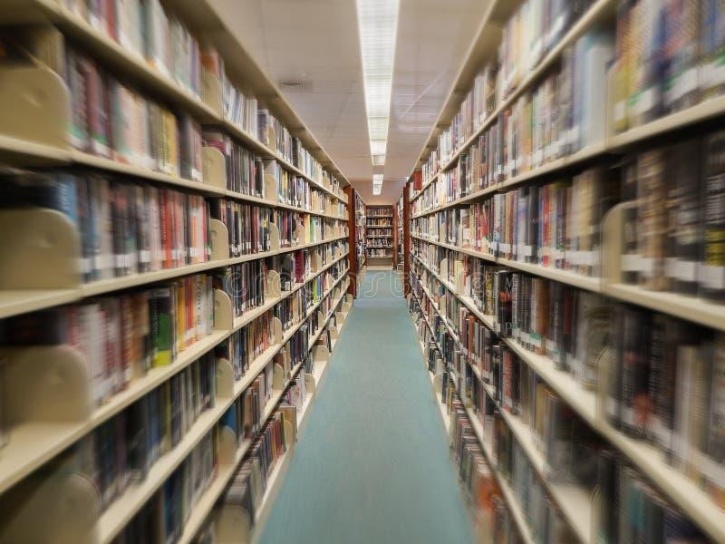 Ansicht der Reihe der Bücher in einer öffentlichen Bibliothek, Unschärfe-Effekt lizenzfreies stockfoto