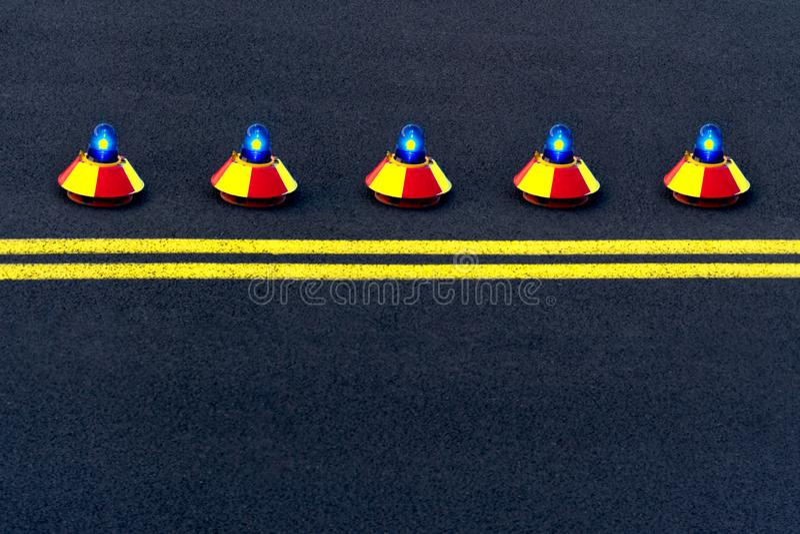 Ansicht der Rollbahn mit fünf Signallichtern stockfotos