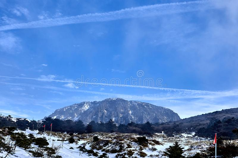 Ansicht der südlichen Wand des Baekrookdam an Mt Hanlla während des Winters in Jeju-Insel, Südkorea lizenzfreie stockfotografie