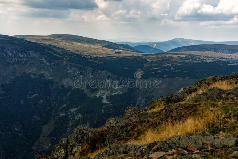 Ansicht der schönen Landschaft in der Tschechischen Republik mit frischen grünen Wiesen und der Schnee-mit einer Kappe bedeckten  stockfoto