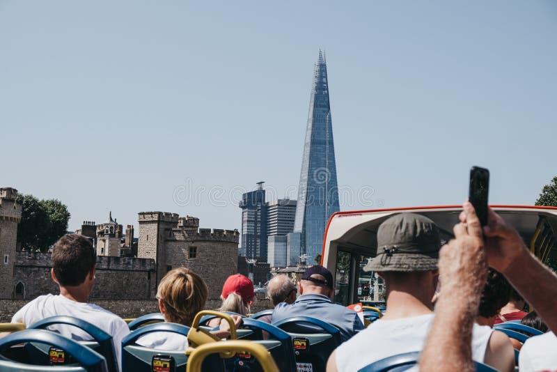 Ansicht der Scherbe, London, Großbritannien, von der Spitze des Reisebusses voll mit Touristen lizenzfreies stockfoto