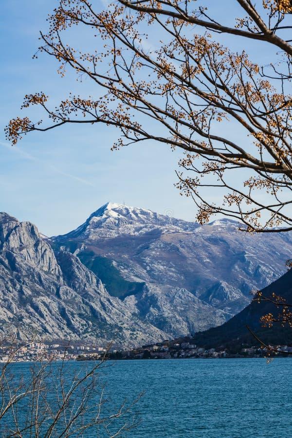 Ansicht der schneebedeckten Spitze Lovcen in Montenegro lizenzfreies stockfoto