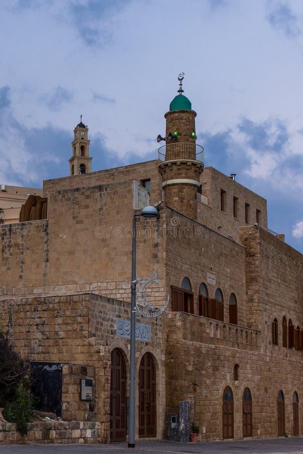 Ansicht der Seemoschee in Jaffa mit der des St Peter Kirche stockfotos