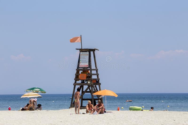 Ansicht der Sonnenschirme am Strand von Katerini in Griechenland stockbild