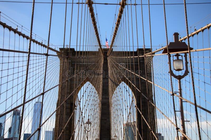 Ansicht der Spitze einer Säule der Brooklyn-Brücke stockbild