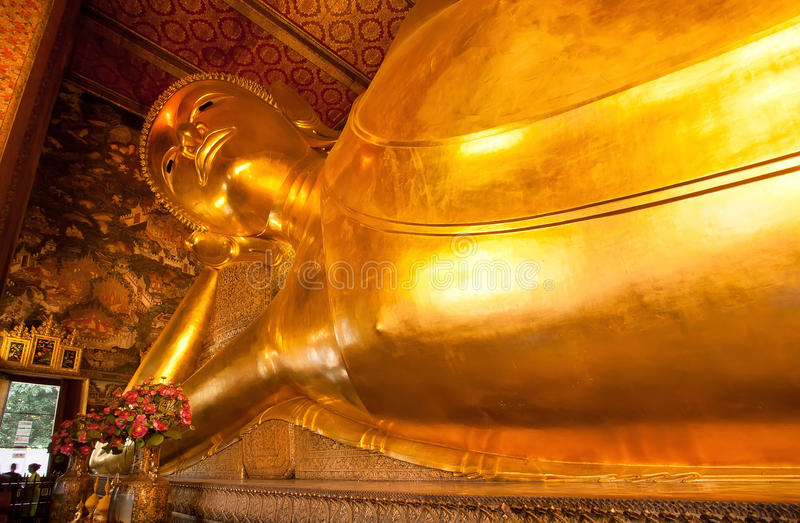 Ansicht der stützenden Buddha-Goldstatue innerhalb berühmten Wat Pho-Tempels lizenzfreie stockfotografie