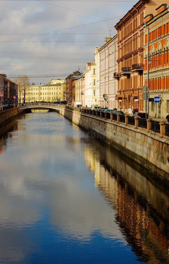Ansicht der St- Petersburgbrücke stockfoto