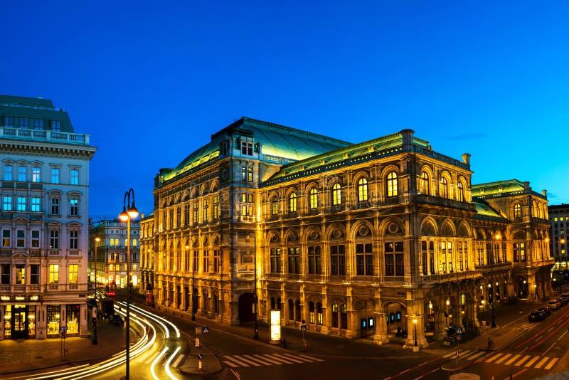 Ansicht der Staatsoper in Wien, Österreich während der Nacht lizenzfreie stockbilder