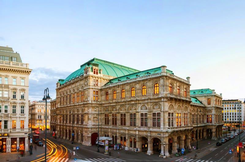Ansicht der Staatsoper in Wien, Österreich während des Abends lizenzfreie stockbilder