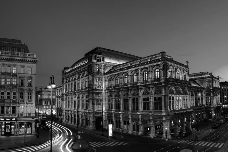 Ansicht der Staatsoper in Wien, Österreich während der Nacht stockfotos