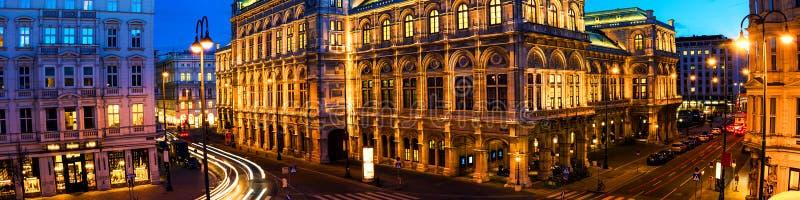 Ansicht der Staatsoper in Wien, Österreich während der Nacht Heller blauer Himmel lizenzfreie stockfotos