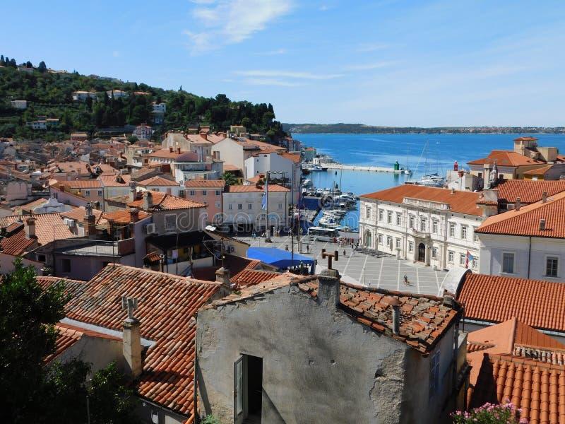 Ansicht der Stadt auf der slowenisch Küste lizenzfreie stockfotos