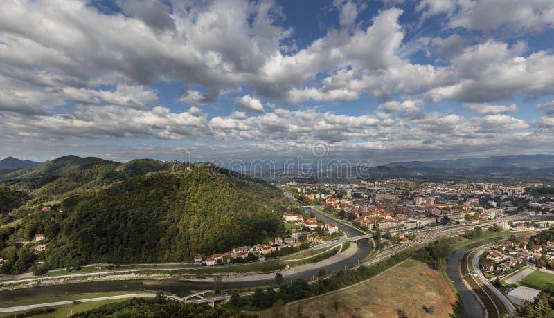 Ansicht der Stadt Celje in der Landschaft stockbilder
