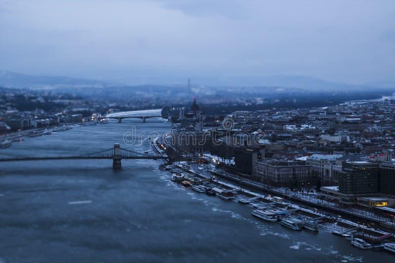 Ansicht der Stadt an der Dämmerung Budapest Ungarn, Neigungschiebeeffekt stockfotos