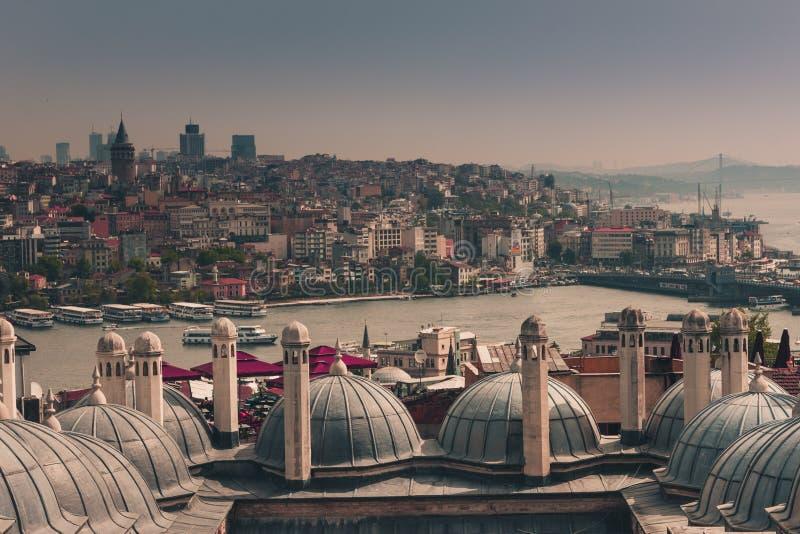 Ansicht der Stadt Istanbul, Bosphorus-Brücke von Galata-Turm Äußere Ansicht der Haube in der Osmanearchitektur lizenzfreies stockfoto