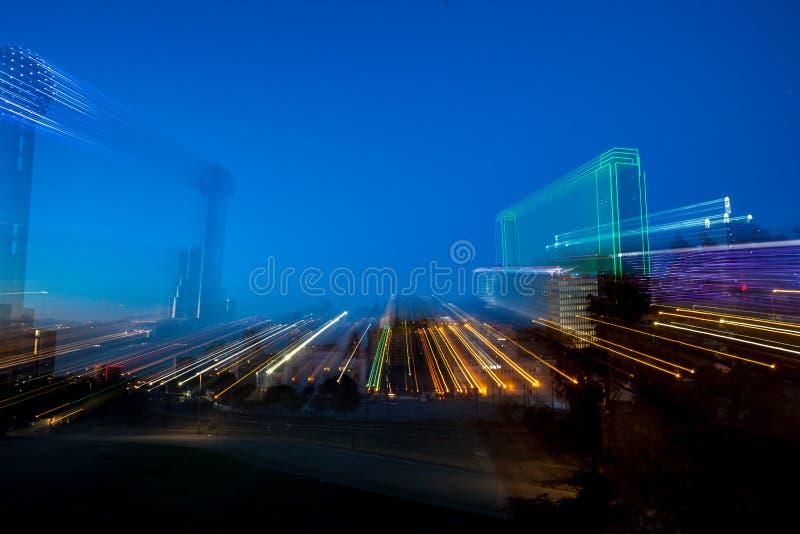 Ansicht der Stadt nachts mit Licht schleppt - sich schnell bewegendes Stadtlebenkonzept stockbilder