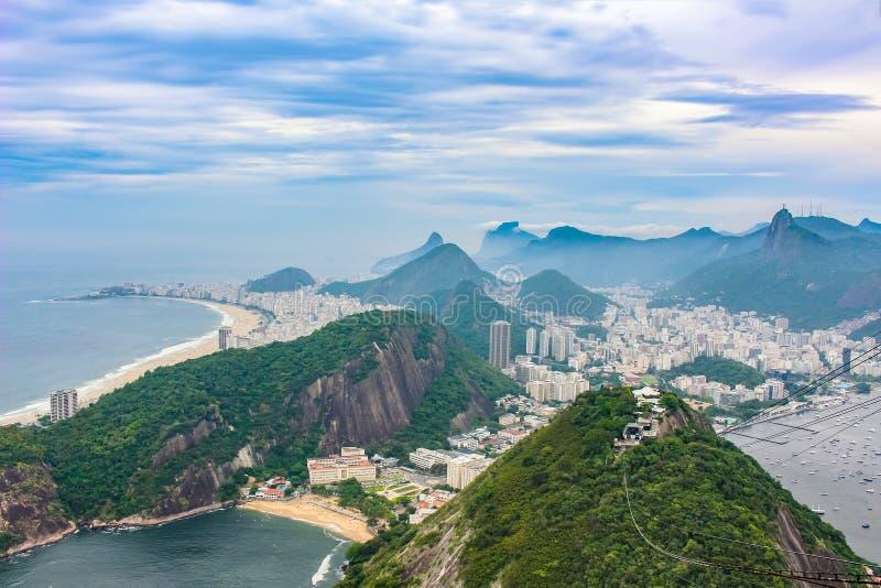 Ansicht der Stadt Rio de Janeiro mit Favelas in den Hügeln mit nebelhaftem stockbilder