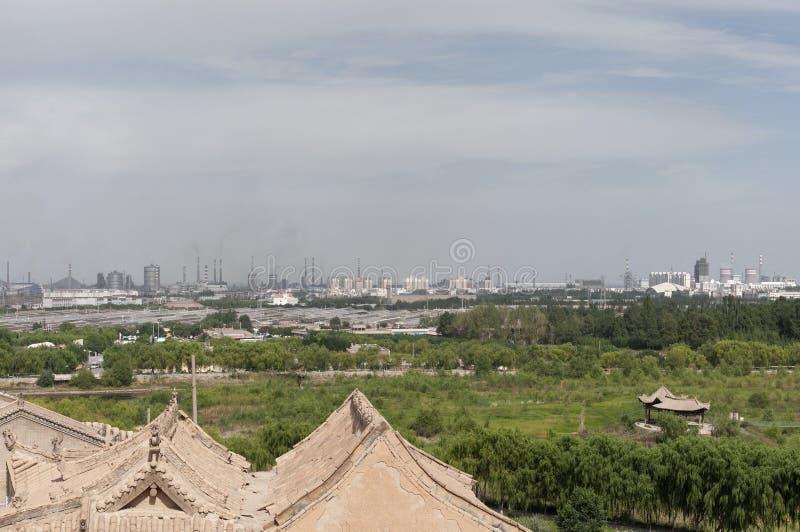 Ansicht der Stadt von Jiayuguan mit den Fabriken, die Gase an die Atmosphäre, in der Gansu-Provinz, China abgeben lizenzfreie stockfotografie