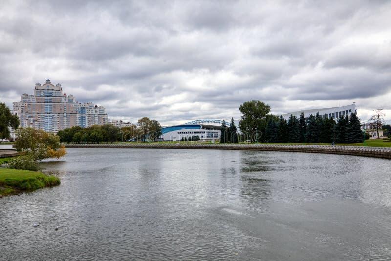 Ansicht der Stadt von Minsk vom Damm des Svisloch-Flusses lizenzfreie stockbilder