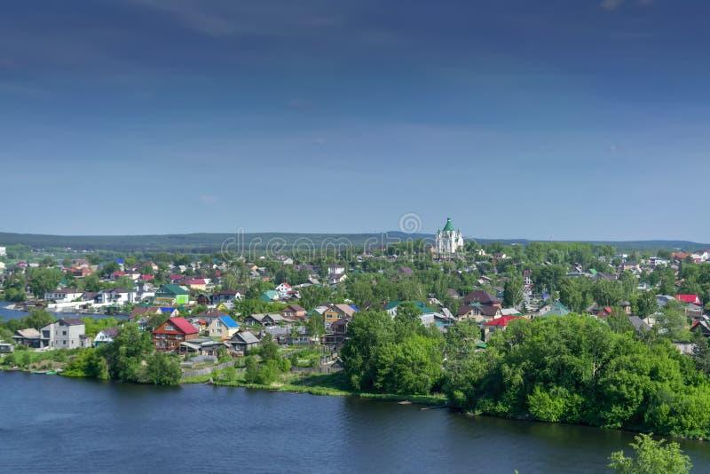 Ansicht der Stadt von Nizhny Tagil von der Spitze des Berges stockfoto